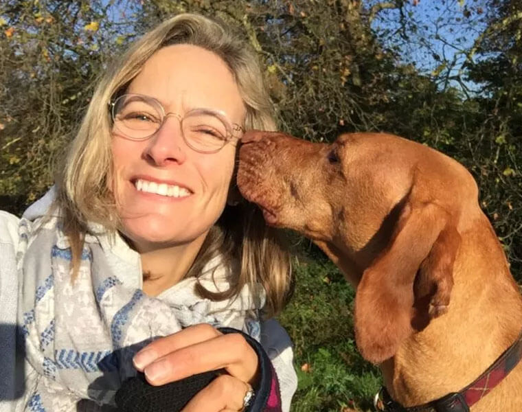 kate chacksfield with her hungarian vizsla dog, ruby